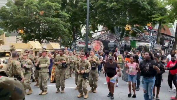 Στρατιώτες της Eθνοφρουράς χορεύουν μαζί με διαδηλωτές στην Ατλάντα - Sputnik Ελλάδα