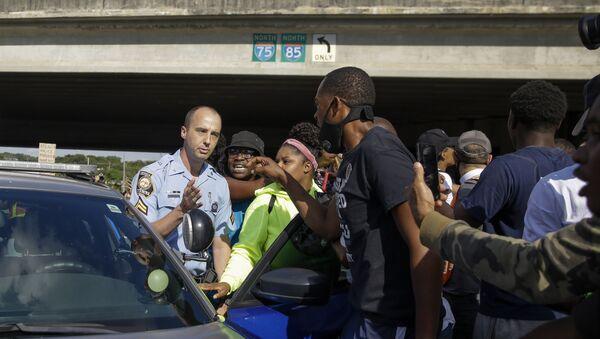 Διαδηλωτές κοντά στο εστιατόριο που σκοτώθηκε ο Ρέισαρντ Μπρουκς - Sputnik Ελλάδα
