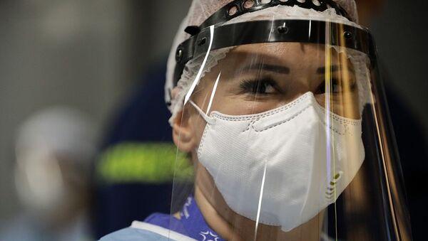 Γυναίκα με μάσκα προστασίας στο αεροδρόμιο Θεσσαλονίκης - Sputnik Ελλάδα