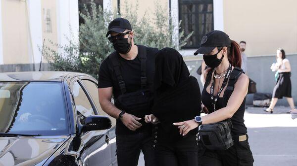 Η κατηγορούμενη για την επίθεση με βιτριόλι, στον ανακριτή, στα δικαστήρια Ευελπίδων - Sputnik Ελλάδα