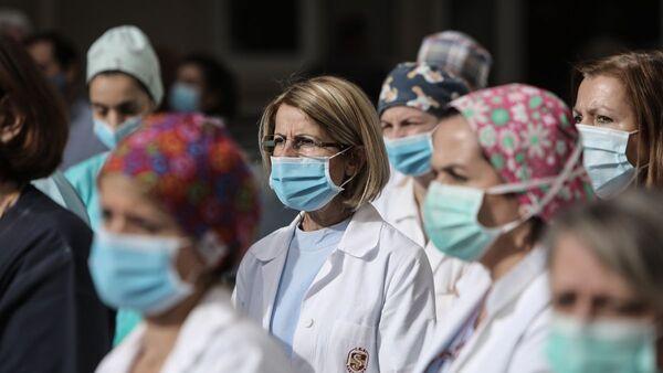Εργαζόμενοι γιατροί και νοσηλευτές στο νοσοκομείο Αλεξάνδρα - Sputnik Ελλάδα