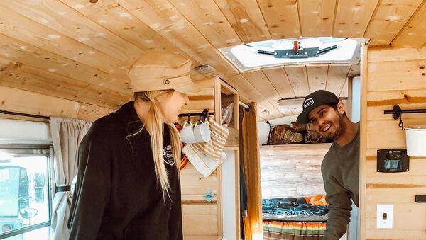 Ζευγάρι μετατρέπει σχολικό λεωφορείο σε τροχόσπιτο και γυρίζει τον κόσμο - Sputnik Ελλάδα