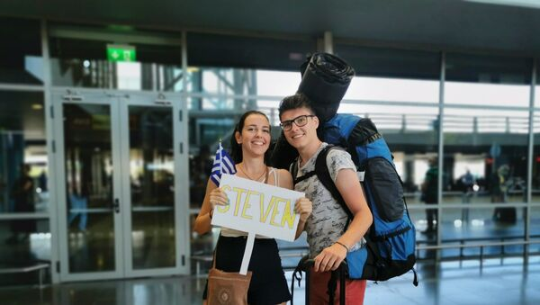 Η Μάρθα υποδέχεται τον φίλο της στο αεροδρόμιο Μακεδονία - Sputnik Ελλάδα