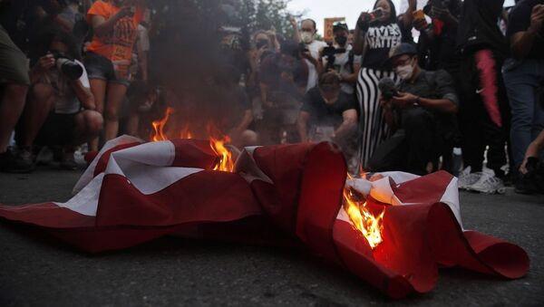 Διαδηλωτές καίνε την αμερικανική σημαία έξω από τον Λευκό Οίκο - Sputnik Ελλάδα
