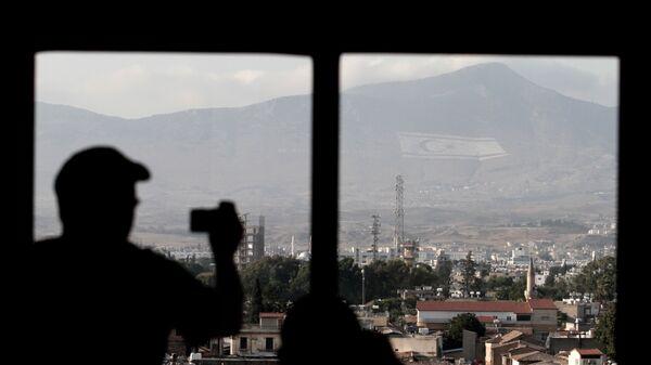 Τουρίστας τραβά φωτογραφία την τουρκική σημαία στα Κατεχόμενα  - Sputnik Ελλάδα
