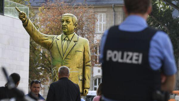 Αστυνομία και περαστικοί γύρω από το άγαλμα του Ερντογάν - Sputnik Ελλάδα