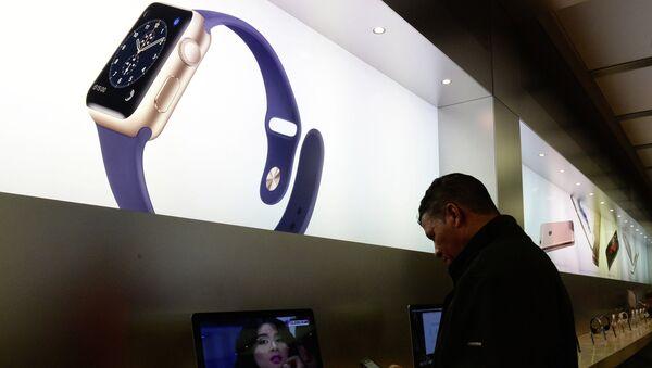 Πελάτης στο κατάστημα Apple Store στην Πέμπτη Λεωφόρο στις ΗΠΑ - Sputnik Ελλάδα