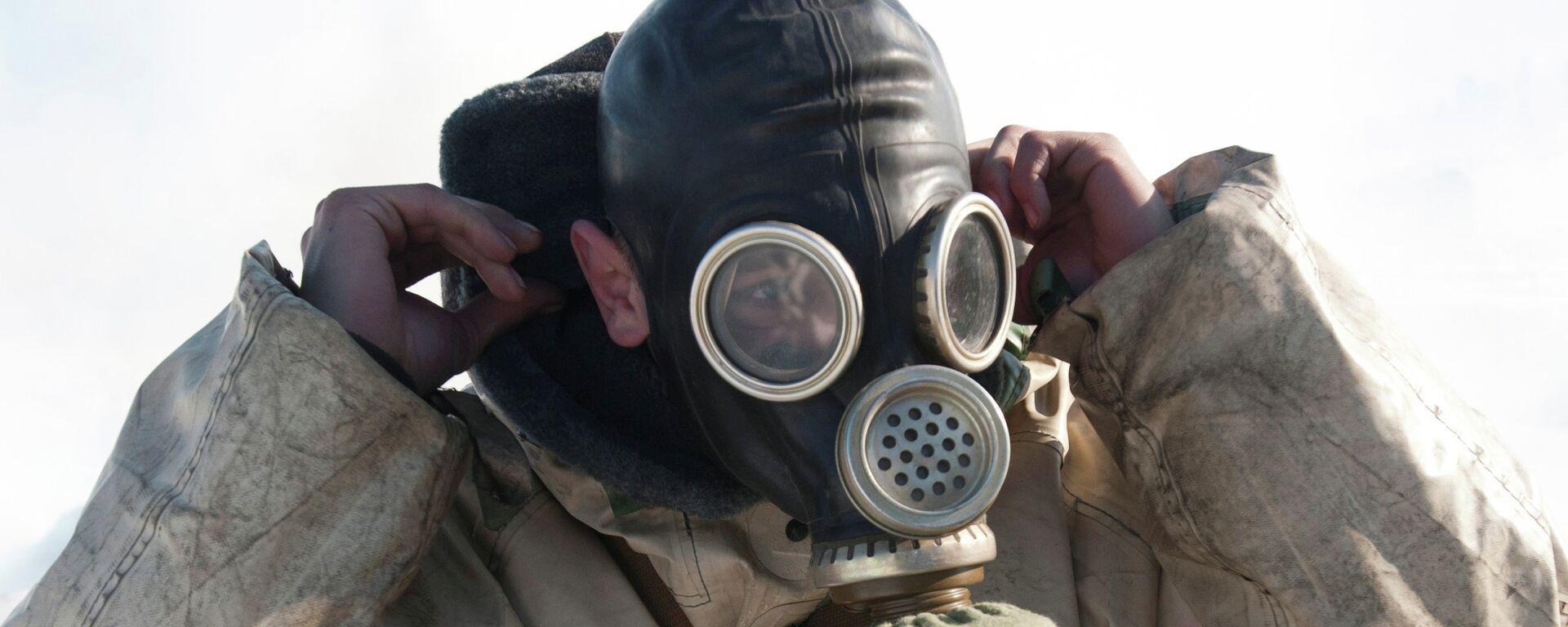 Άντρας φορά μάσκα αερίων - Sputnik Ελλάδα, 1920, 06.10.2021